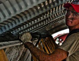 Un ouvrier sur un chantier de construction