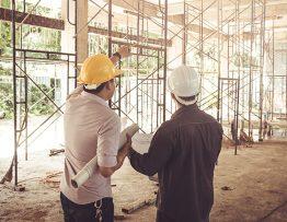 Des ouvriers analysant une construction